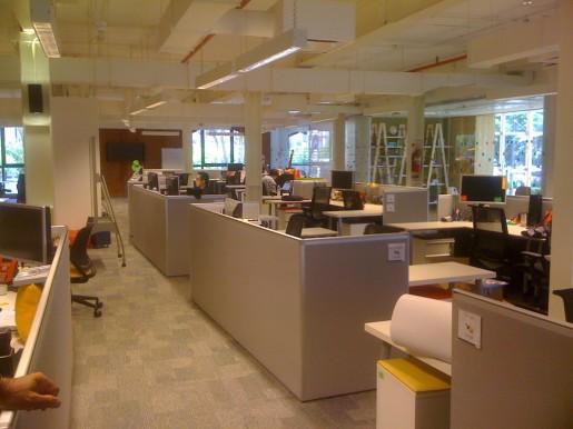 """Inicio de la recorrida por las nuevas oficinas de Google. Un detalle: las paredes de los boxes son bajas para que los """"Googlers"""" puedan comunicarse entre sí y apreciar el paisaje que los rodea."""