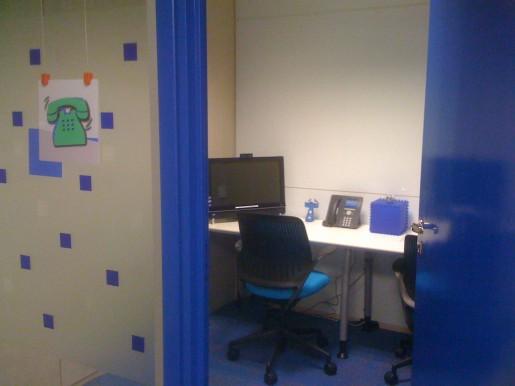 Cada una de las salas de reunión tienen uno de los colores del logo de Google.