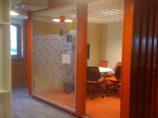 Otra colorida sala de reunión. En el exterior, tienen forma de contenedores portuarios.