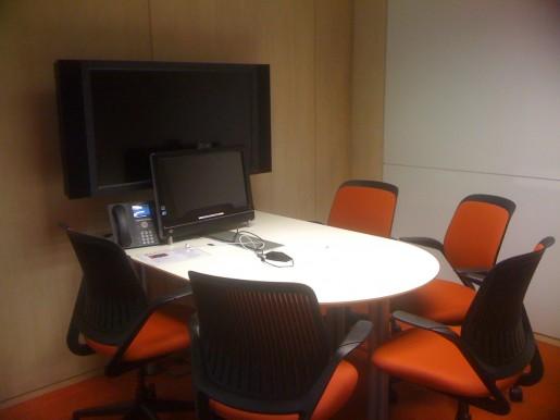 Una de las salas de reuniones por dentro.