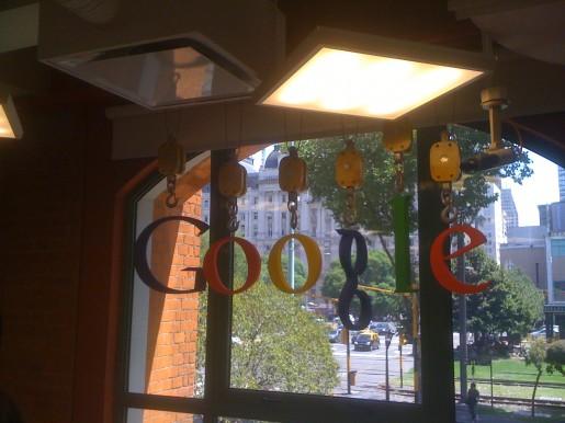Más sobre el logo de Google en uno de los espacios de relax.