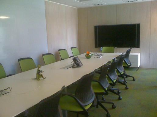 Una de las salas de reuniones principales de Google (o al menos la más grande que vimos dentro de las oficinas).
