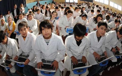 Con la regalías de la explotación petrolífera, el municipio de Comodoro Rivadavia realizó un plan para darle netbooks e Internet a los chicos.
