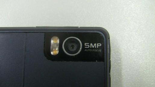 La cámara de 5 MP obtiene muy buenas fotos. Cuenta con un flash LED dual (pueden verse los dos foquitos en color naranja) para mejor iluminación en situaciones oscuras.