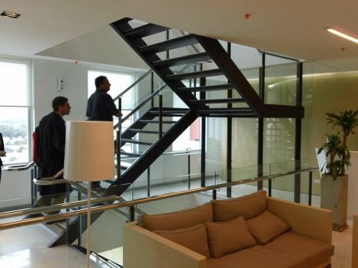 Decidieron la construcción de una escalera interna que comunica a los 5 pisos de la compañía dentro del edificio, para evitar el uso innecesario de los ascensores (y obligar a los programadores a que hagan algo de ejercicios).