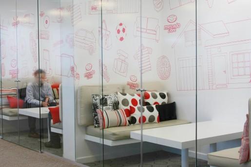 Otra vista de las salas de reuniones para creativos.