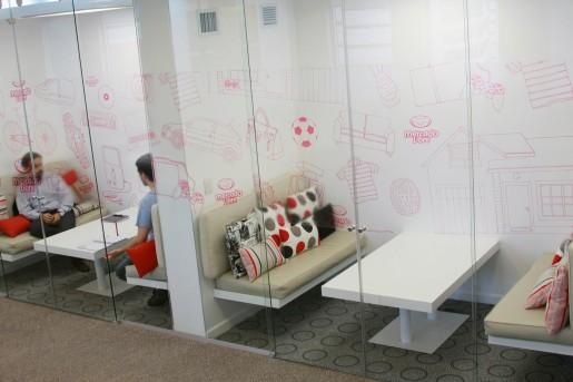 Esta es una de las salas de reuniones, coloridas y con muebles con un gran diseño, pensadas para activar la creatividad.