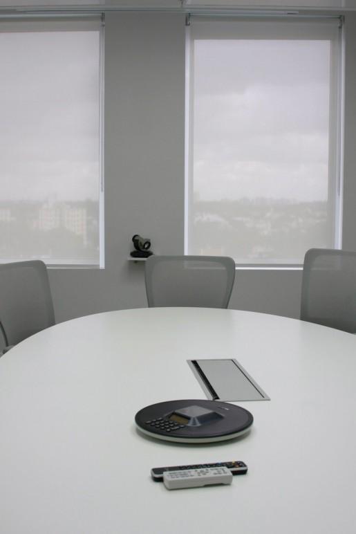 Muchas de las salas de reuniones cuentan con sistemas para videoconferencia, algo que ya no es extraño encontrar en las principales empresas del mundo.