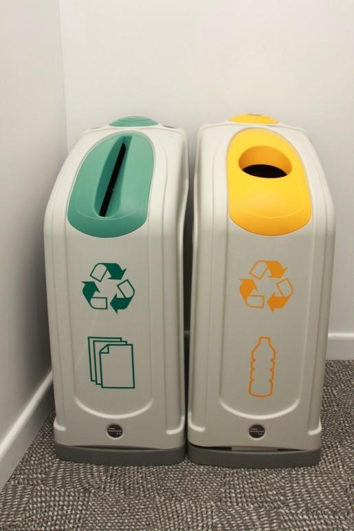 A lo largo de las oficinas, encontramos los diferentes cestos que permiten separar y reciclar la basura con mayor facilidad.