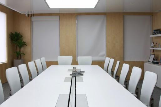 Una de las 11 salas de reuniones.