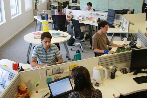 Al igual que otras oficinas de esta época, se abandona el concepto de las oficinas cerradas y con poca comunicación con el compañero de trabajo, por espacios amplios y luminosos.