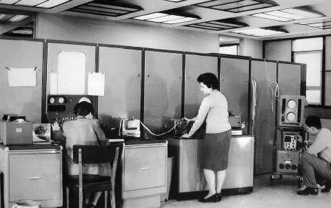 Así era Clementina, la primera computadora que llegó a la Argentina. Medía 18 metros de largo y tenía ¡1 K de memoria!