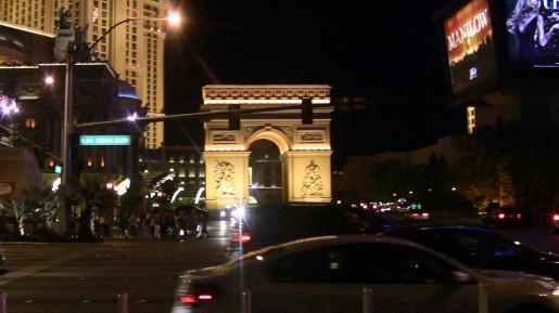 No, no estamos en Paris. Es una replica del arco del triunfo en Las Vegas.
