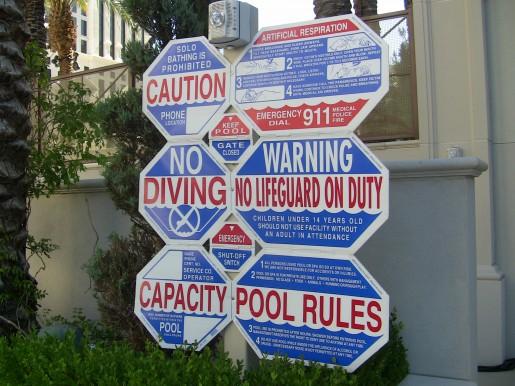 A cada paso en Estados Unidos encontramos letreros de lo que se puede y no hacer. Este es un claro ejemplo del cartel que nos recibe cuando entramos a las piletas del hotel Caesar Palace.