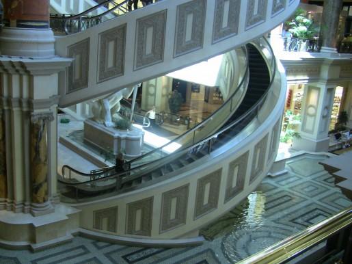Escaleras mecanicas circulares.