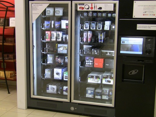 En lugar de golosinas o gaseosas, esta máquina expendedora nos permite comprar tecnología: cámaras, celulares, cables y más.