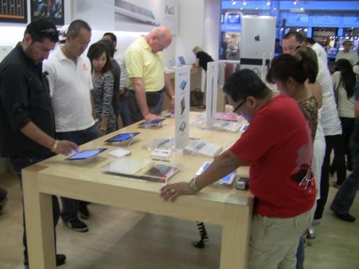 El furor por el iPad 2 es impresionante. La gente de agrupa en los Apple Store para probarlos y comprar los miles de accesorios que se comercializan.