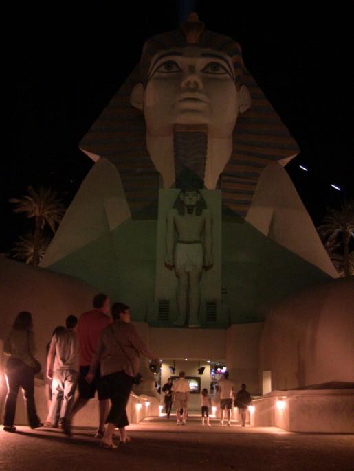 La impresionante entrada del hotel Luxor, presenta una copia de algunas figuras egipcias.