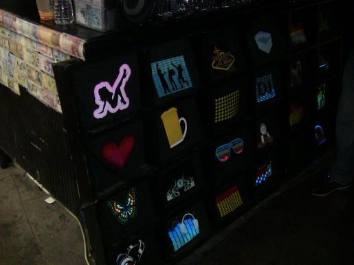 Estas remeras tienen una pantalla al frente que se anima con la música que se escucha alrededor.