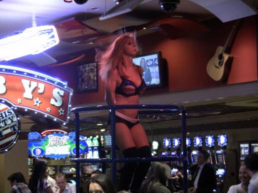 Más chicas bailando en los casinos de Las Vegas para RedUSERS.