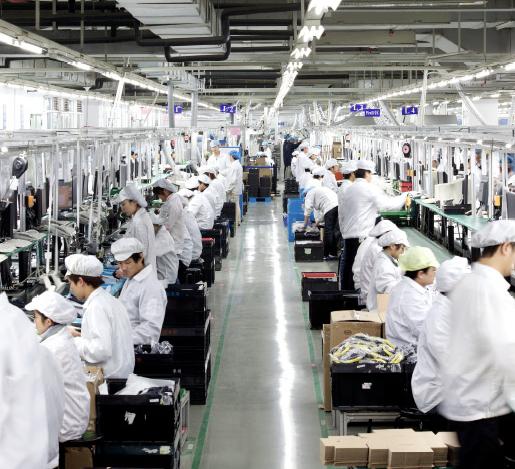 La fabrica es una gran cinta de producción donde cada empleado cumple una tarea rutinaria y repetitiva. ©Wired