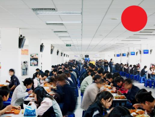 Imagen del comedor de Foxconn. Los empleados disponen de 1 hora para almorzar y dos turnos de 10 minutos para descansar, pero suelen trabajar más de 10 horas diarias. ©Wired