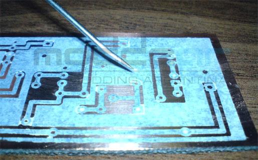 Para crear tus propias placas, no hacen falta herramientas complejas ni insumos muy caros.