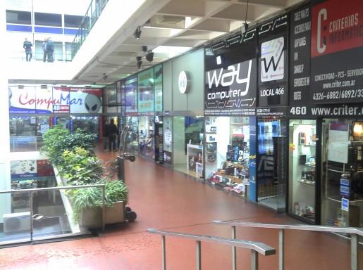 Los comercios atienden como de costumbre, los locales tienen en exhibición su mercadería.