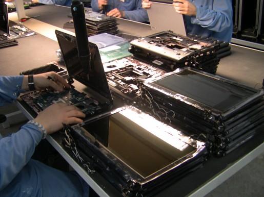 No sólo de destops vive el hombre. Por eso la firma también fabrica sus portátiles en el país. Aquí vemos cómo uno operario ensambla una netbook.