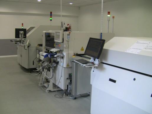 Con esta máquina pueden fabricar hasta 15 mil memorias mensuales.
