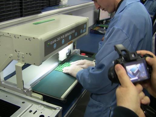 Luego de salir de la máquina, se separan las placas de memoria con este equipo.