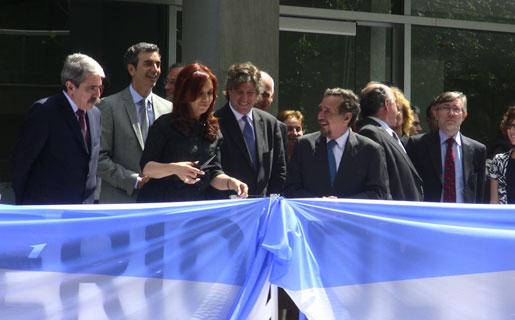 Cristina Kirchner junto a su compañero de fórmula, Amado Boudou (centro), y el ministro de Ciencia y Tecnología, Lino Baraño (derecha), cortando la cinta que inauguraba el Ministerio.