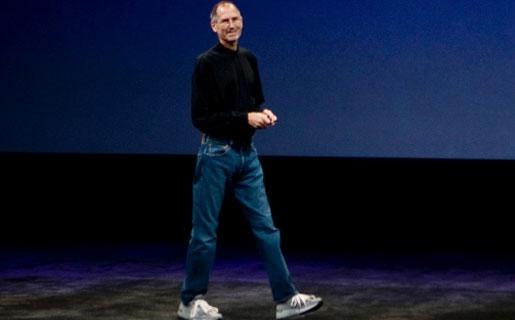 Polera negra de Issey Miyake, Jeans Levi's y zapatillas New Balance color gris: las claves del tradicional uniforme de Steve Jobs.