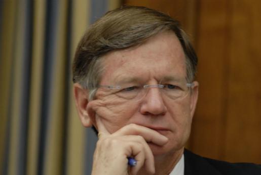Lamar Smith,  principal impulsor de la Ley SOPA. Hoy anunció la suspensión de la misma.