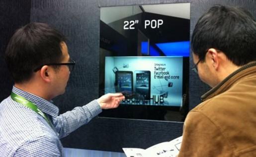 Ingenieros de Samsung jugando con el LCD transparente