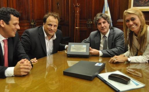 Ejectivos de DIRECTV entregando un decodificador fabricado en el país al vicepresidente Boudou y a la ministra de Giorgi.