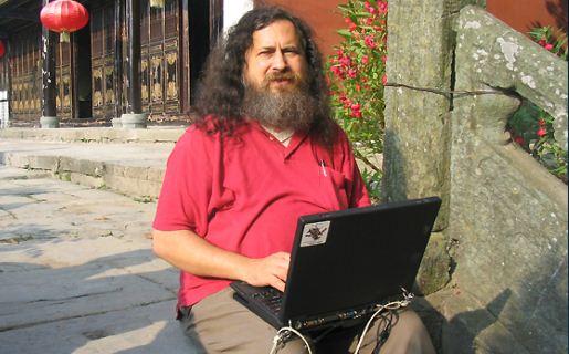 Como ya es costumbre, Stallman apuntó contra sus blancos favoritos: Apple y Microsoft.