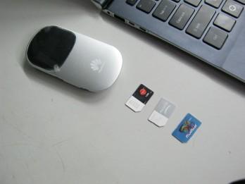 Las tarjetas SIM y uno de los módems usados en la prueba.