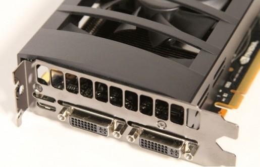 Aquí vemos el anverso de una placa celeradora EVGA, con sus correspondientes puertos: dos DVI y un mini HDMI.