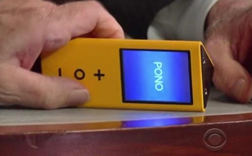 Así es el Pono: un cuerpo con forma de prisma triangular, una pequeña pantalla y algunos controles básicos.