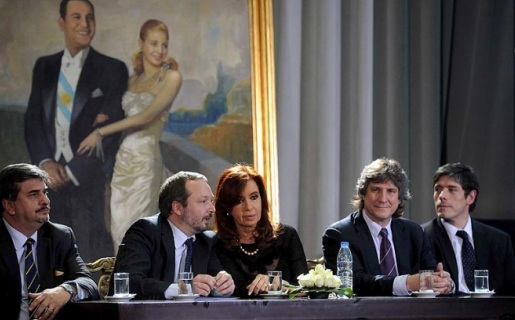 Cristina Fernández, junto a Martín Sabatella (derecha), durante la cadena que recordó los tres años de la sanción de la Ley de Medios.