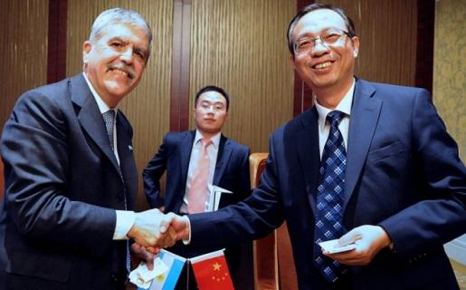El ministro Julio de Vido junto al representante de Datang Mobile.