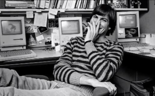 El video incluye fotos en blanco y negro de Steve Jobs, y algunas frases que lo recuerdan.