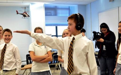 Un auricular capta nuestras ondas cerebrales, las envía por Bluetooth a un periférico conectado a la computadora, y desde ahí van al helicóptero por infrarrojo.