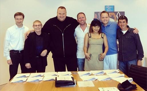 DotCom (tercero, desde la izquierda) firmando el acuerdo de acciones de Mega. La foto la publicó en su Instagram.
