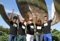 "Los 5 finalistas del concurso ""Reviewers"", con los HTC One X en mano"