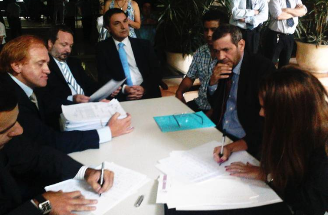 Sabbatella, junto a los abogados del Grupo Clarín (Foto: Clarín.com)