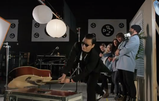 PSY les destroza la guitarra a los integrantes de Walk off the Earth