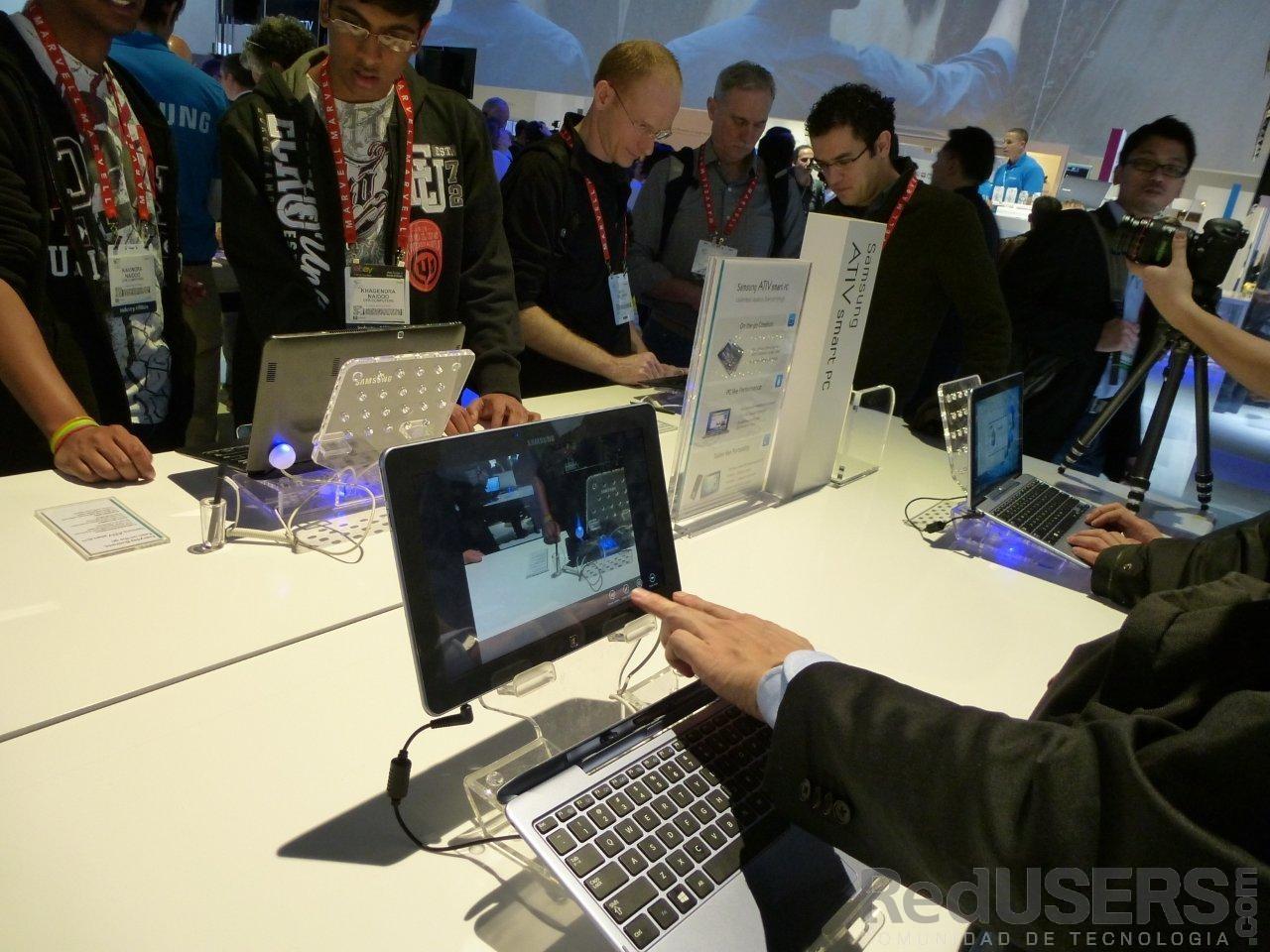 Los asistentes, probando a fondo la ATIV Smart PC