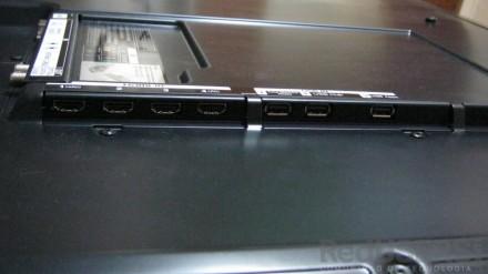 En el panel posterior hay cuatro puertos HDMI y tres USB.